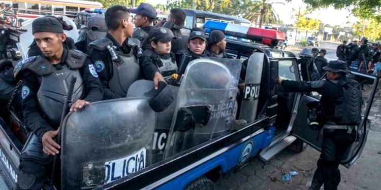 Policías agreden a ciudadanos de Moyogalpa por protestar con las banderas de Nicaragua. Foto ilustrativa: Cortesía