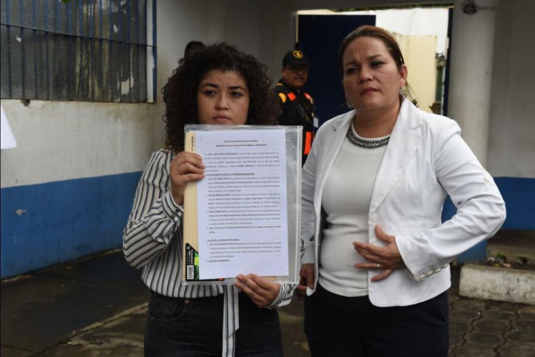 Abogada Leyla Prado (derecha) junto a la hija de Eddy Montes, interponiendo denuncia ante la Fiscalía. Foto: Cortesía