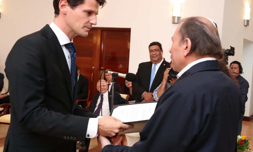 El embajador de la UE en Managua, Pelayo Castro entregando sus cartas credenciales ante el dictador Daniel Ortega.