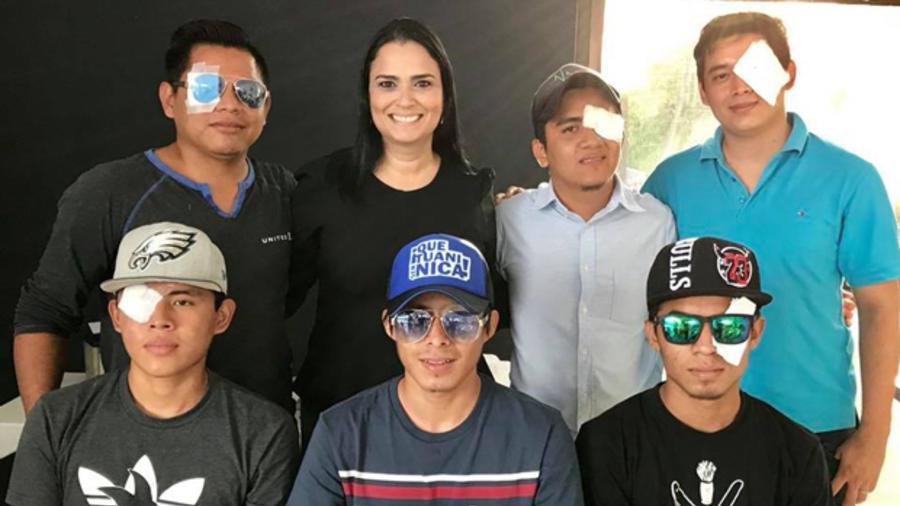 Irela Iglesias con su «Programa de Prótesis Ocular y Ayuda a Otros heridos» les donó a 17 adolescentes prótesis ocular. Foto: Cortesía