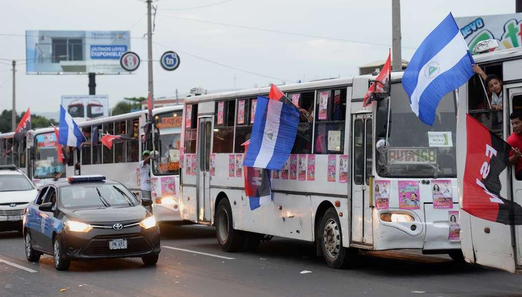 Buses de transporte colectivo en Managua acarreando a los seguidores de Daniel Ortega. Foto: Medios Oficialistas