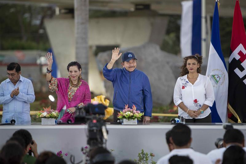 El vicealcalde de Managua, Enrique Armas; la vicepresidenta, Rosario Murillo; el presidente de Nicaragua, Daniel Ortega y la alcaldesa de Managua, Reyna Rueda. Foto: Cortesía / EFE