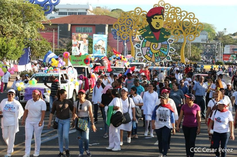 Pocos días después que la OMS decretará pandemia al virus del COVID-19, el Gobierno de Daniel Ortega movilizó a trabajadores de salud y militantes sandinista en una marcha. Foto: Medios Oficialistas