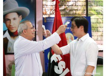 Carlos Sáenz recibiendo una donación del embajador de Taiwán