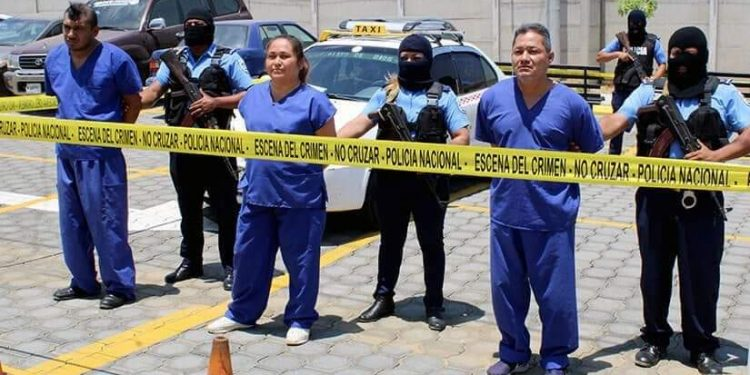 Presentan a los exreos políticos Wilfredo Brenes y Karla Escobar acusados de transporte de drogas
