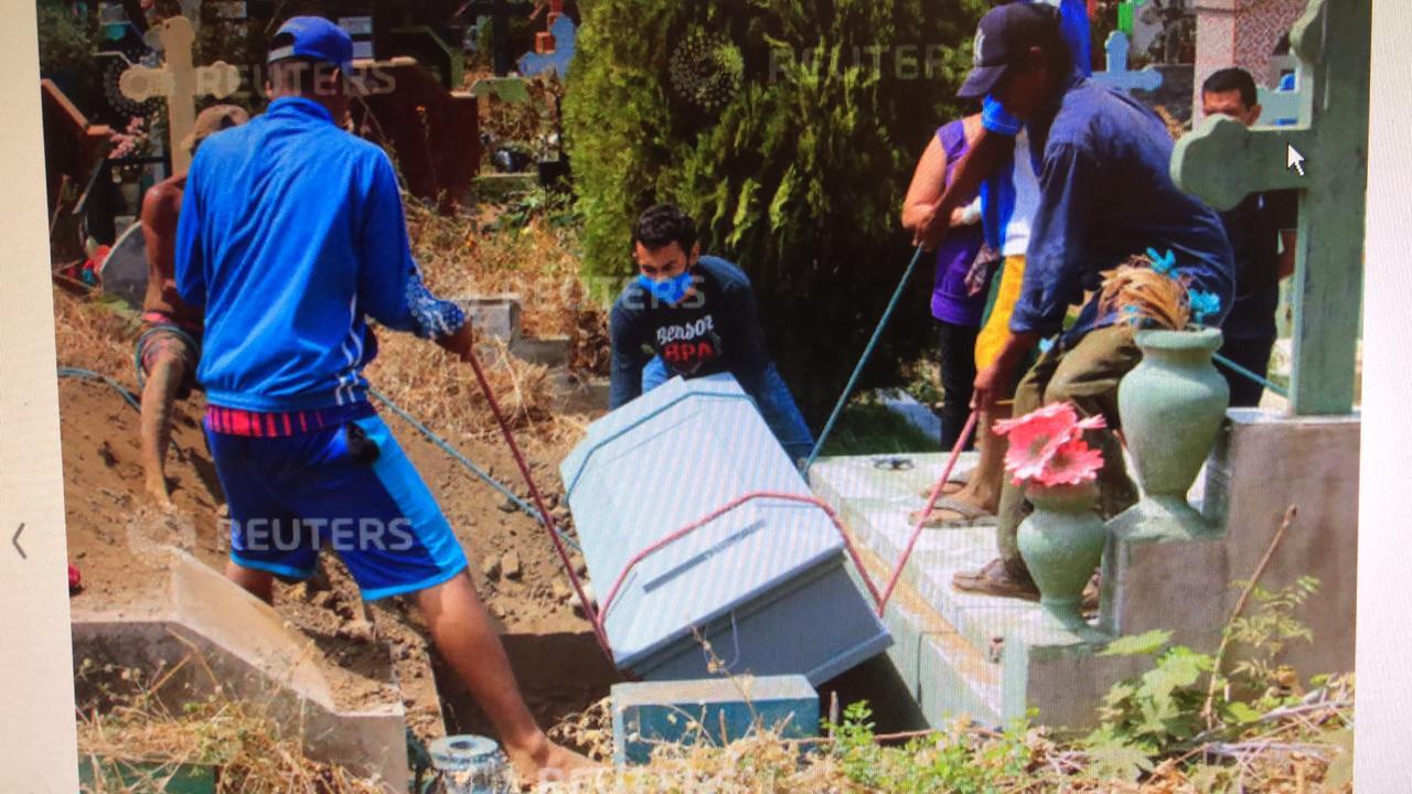 A penas cinco familiares pudieron acudir a sepultar al ciudadano A.B., de 57 años, por que las autoridades sanitarias entregaron la caja sellada y ordenaron enterrarlo de inmediato. Foto: Oswaldo Rivas / Reuters