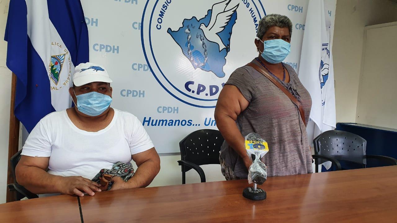 Silvana Pérez (izquierda), madre del preso político Uriel Pérez, denuncia ante la CPDH condición de su hijo