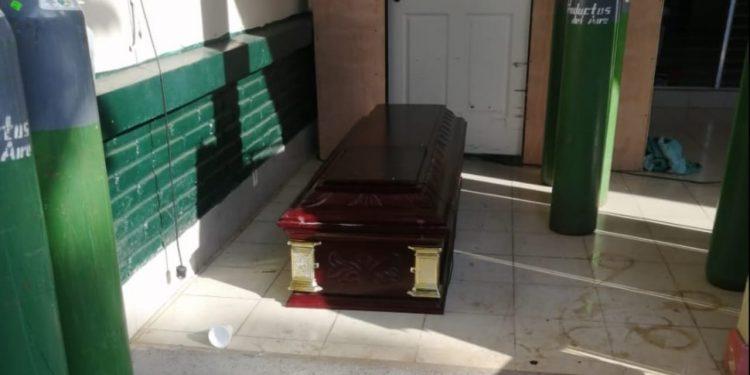 """Director del hospital de Masaya: """"Todo lo que es neumonía atípica, es por el virus COVID-19"""". En la foto el ataúd en el que sepultaron al cambista Javier Montalván. Cortesía."""