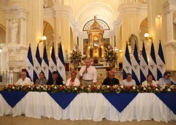 Monseñor Bosco Vivas recibió con honores a diputados orteguistas en la Catedral de León