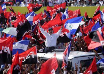 Daniel Ortega, en una concentración el 19 de julio, rodeado de sus simpatizantes con banderas del FSLN. Foto: END