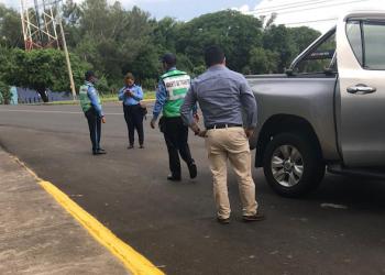 Policía orteguista ocupa camioneta del director de Radio Darío. Foto: Radio Darío