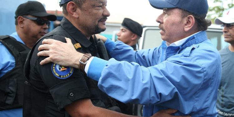 El comisionado sancionado Ramón Avellán junto al dictador Daniel Ortega. Foto: Confidencial