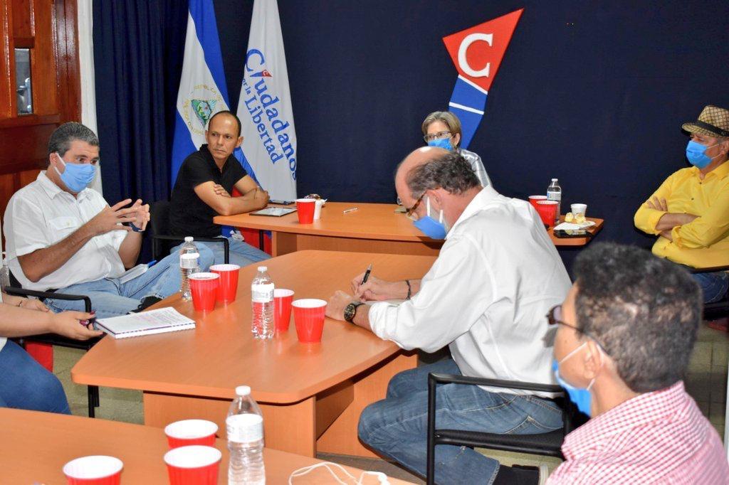 Miembros de la Alianza Cívica en reunión con CxL