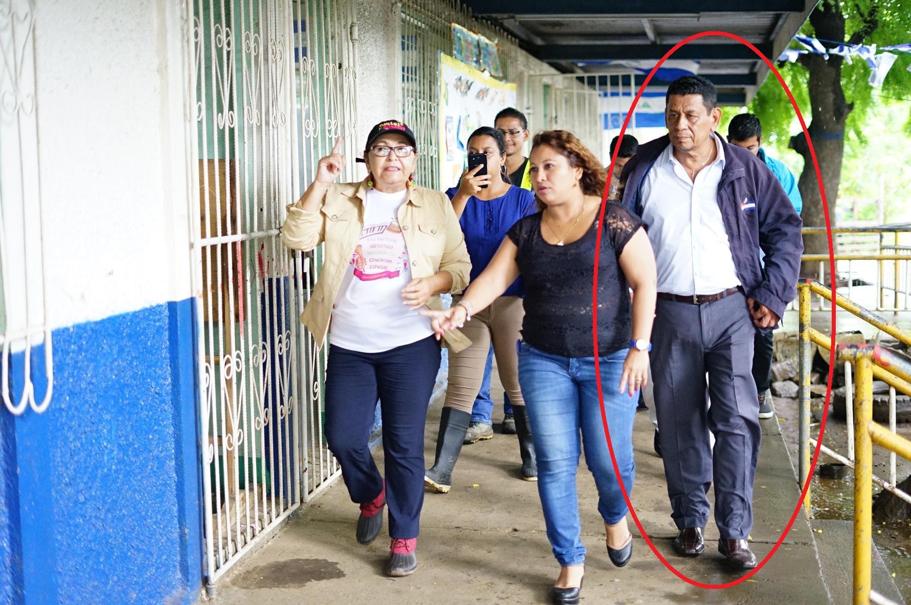 El delegado departamental de Managua del Ministerio de Educación, Sergio Mercado durante un recorrido por escuelas con la Ministra de esa entidad, Miriam Ráudez