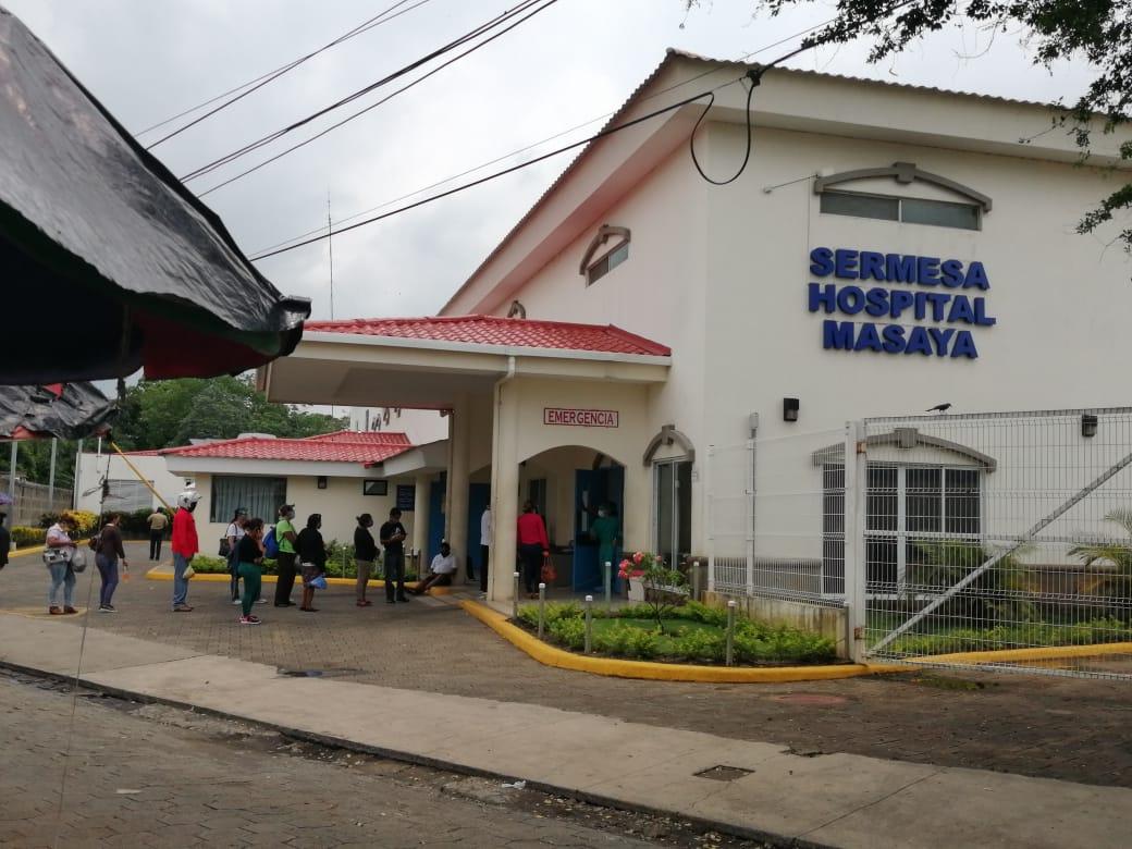 Decenas de personas hacen largas filas en el hospital Sermesa de Masaya para saber si su familiar vive o muere. Foto: Noel Miranda / Artículo 66