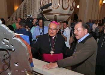 Monseñor Bosco Vivas junto al dictador Daniel Ortega. Foto/Cortesía: Presidencia de la República