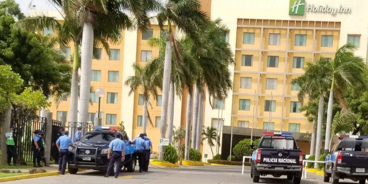 Policía orteguista asedia hotel en Managua donde se firmarán los estatutos de la Coalición. Foto: Artículo 66