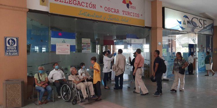 Régimen orteguista pagará pensiones «en efectivo» exponiendo a los adultos mayores al contagio de COVID-19. Foto: LP