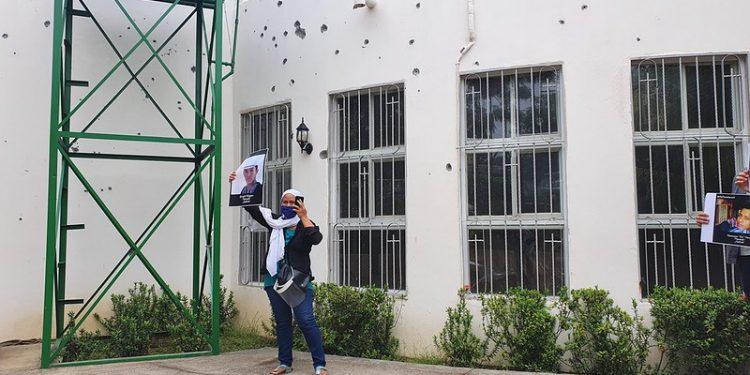 Madre de Gerald Vásquez exigiendo justicia a dos años del ataque a la iglesia Divina Misericordia, donde murió su hijo. Foto: Artículo 66
