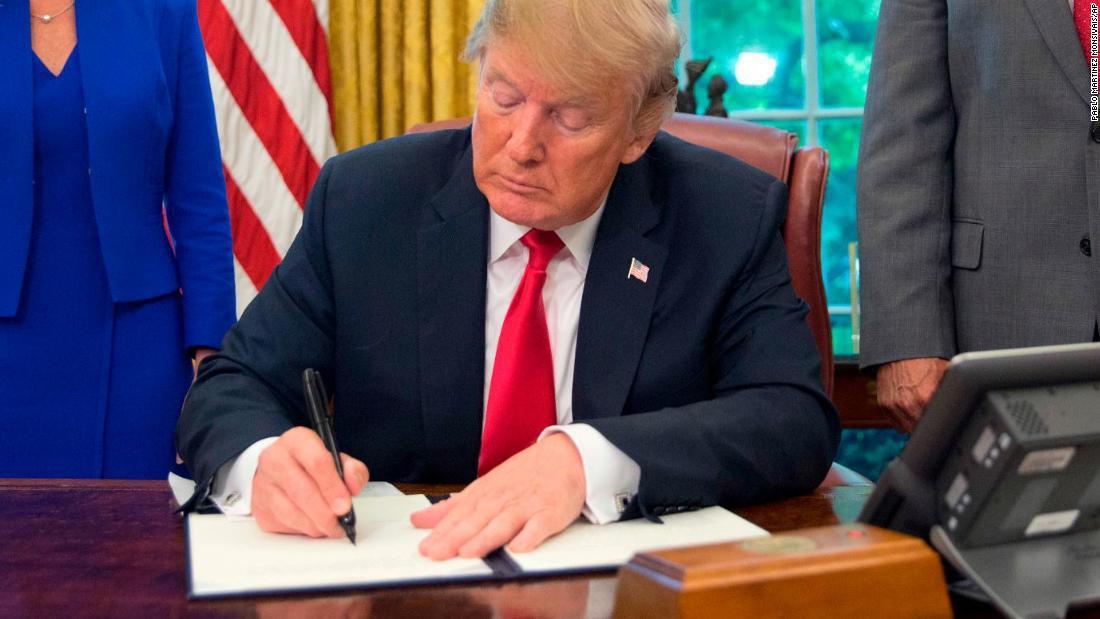 Presidente Donald Trump firmando la Ley Nica Act el 20 de diciembre de 2018