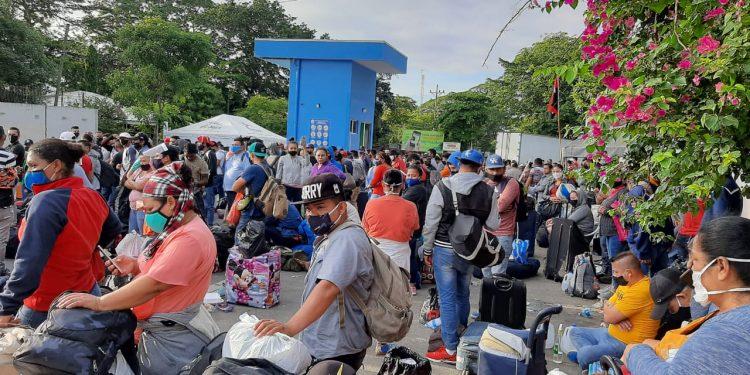 Nicaragüenses varados en Peñas Blancas siguen su calvario esperando que les permitan ingresar al país. Foto: Artículo 66