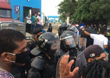 Nicaragüenses varados en Peñas Blancas bloquean el paso en protesta por impedirles el ingreso al país. Foto: Cortesía