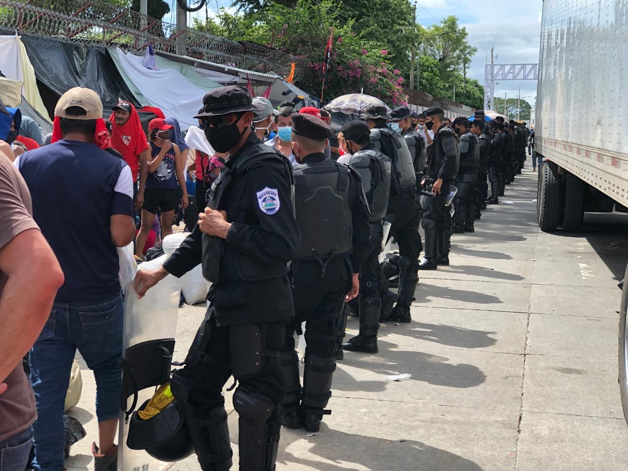 En el paso abierto, el cerco contra los migrantes es controlado por la Policía y en los puntos ciegos quien actúa es el Ejército. Foto: Nicaragua Actual.