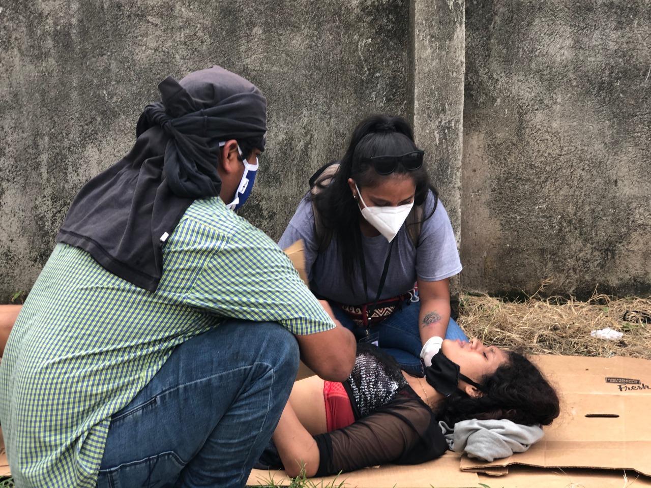 Los migrantes varados en Peñas Blancas están expuestos al sol inclemente y la lluvia. En la gráfica, una mujer es atendida tras un problema a su salud. Foto: Nicaragua Actual.