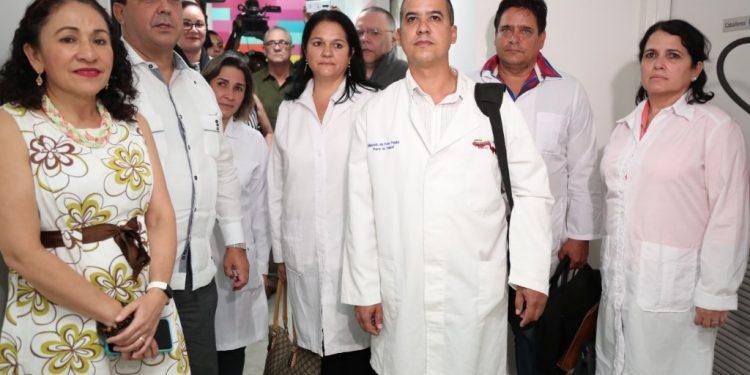 Asesora presidencial en temas de salud y exministra Sonia Castro junto a los médicos cubanos tras su llegada a Nicaragua. Foto: Cortesía