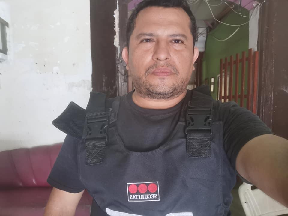 """Este sujeto se ufana en Facebook de vestir un """"chaleco antibalas"""" y en la mayoría posa junto a policías, tratando de pavonear la impunidad que le rodea."""