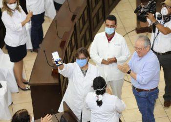Asamblea Nacional condecora al personal de salud, pese a que no ha hecho nada para protegerlo. Foto: Asamblea Nacioanal
