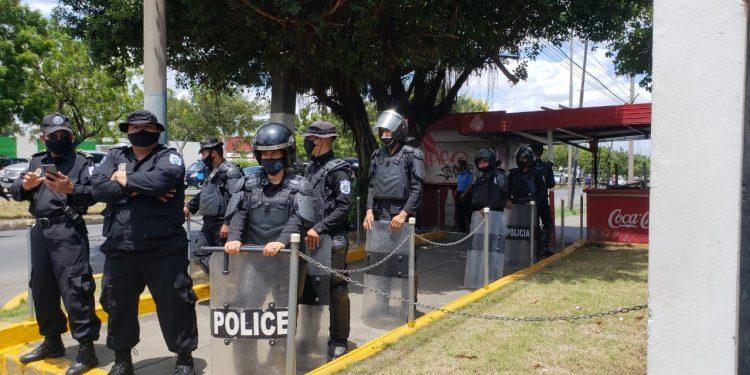Policía orteguista asedia plantón de familiares de presos políticos en las instalaciones de La Prensa. Foto: G. Shiffman / Artículo 66
