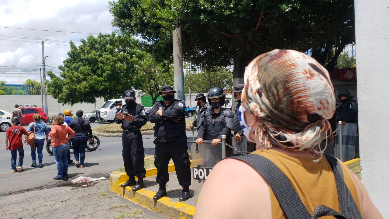 Después del planton, los familiares de presos políticos salieron del diario La Prensa y fueron fotografiados por los uniformados. Foto: G. Shiffman / Artículo 66