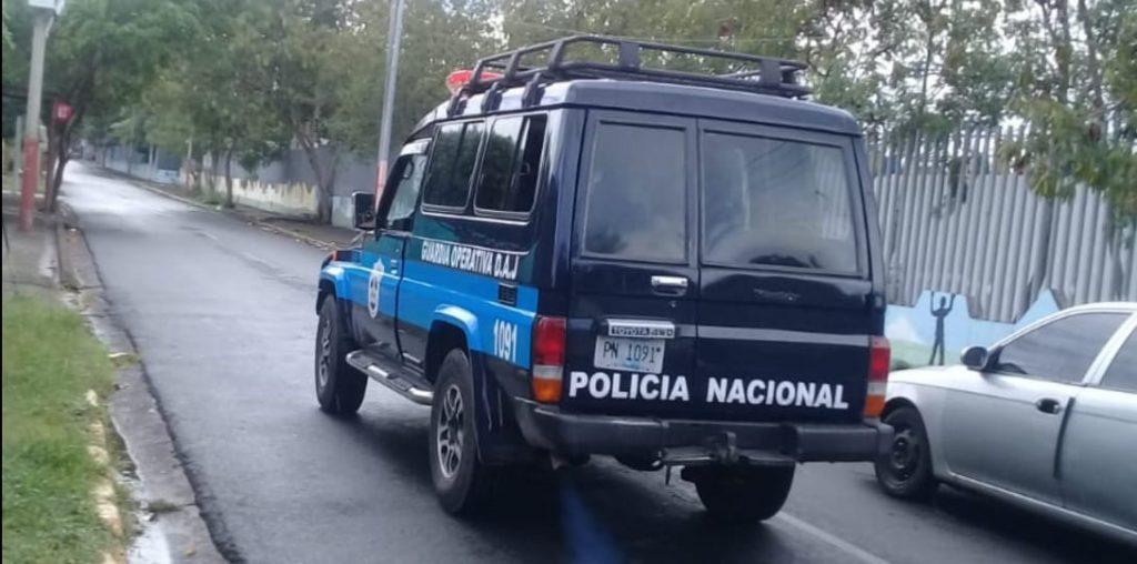 Momento en que la Policía orteguista traslada a los Juzgados al preso político Bryan Alemán. Foto: Cortesía