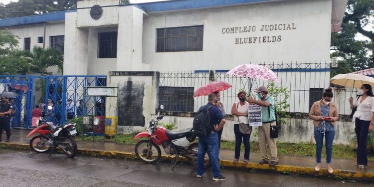 Bajo asedio policial inicia audiencia en contra de la periodista Kalúa Salazar. Foto: Cortesía.