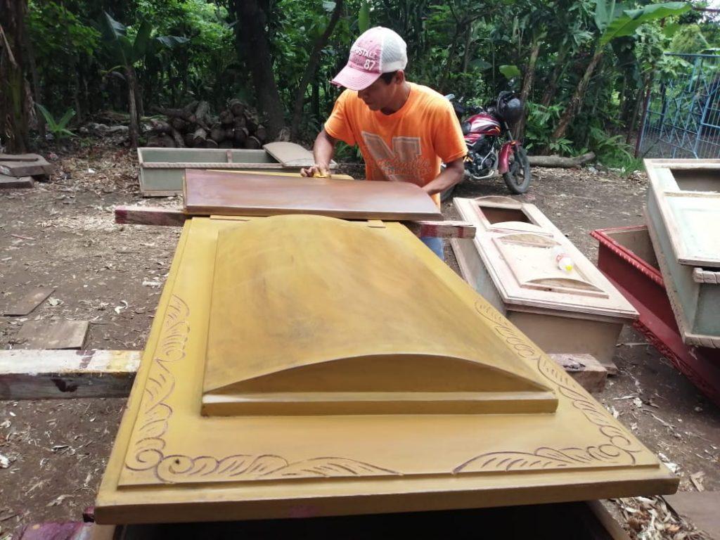 Fabricantes de ataúdes de Masaya creen «no dar abasto» ante un posible rebrote del COVID-19. Foto: Noel Miranda / Artículo 66