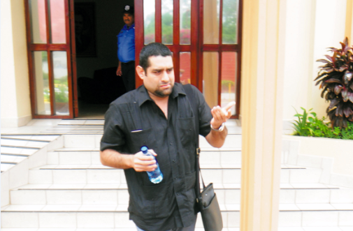 Yasser Martínez saliendo de la Asamblea Nacional cuando todavía era diputado. Foto: La Prensa.