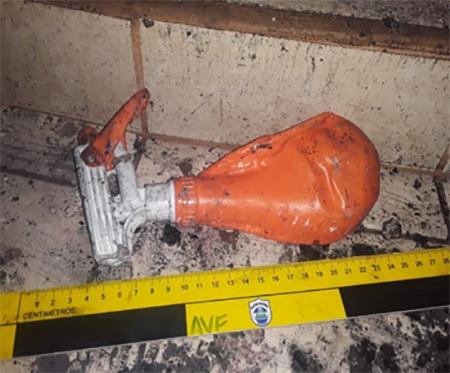 Este es el atomizador plástico que no se quemó pese a que el fuego carbonizó totalmente la capilla de la Sangre de Cristo. Foto: Policía.
