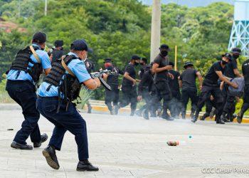 Policía de Ortega entrena simulando represión con AK-47 contra protestantes con botellas de agua