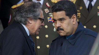 Secretario general de la OEA, Luis Almagro con el dictador de Venezuela, Nicolás Maduro. Foto: Internet.