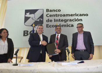 Dante Mossi, presidente del BCI, junto al sancionado ministro de Hacienda de Nicaragua, Iván Acosta. Foto: CCC