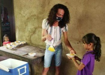 «Lady La Vulgaraza» y su labor altruista en favor de niños de escasos recursos. Fotos: Noel Miranda / Artículo 66
