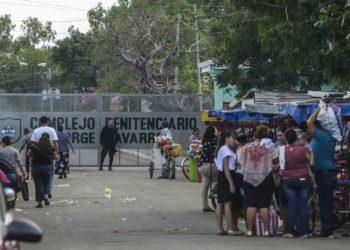 Familiares de presos políticos denuncian medidas restrictivas en los diferentes calabozos del país. Foto: La Prensa