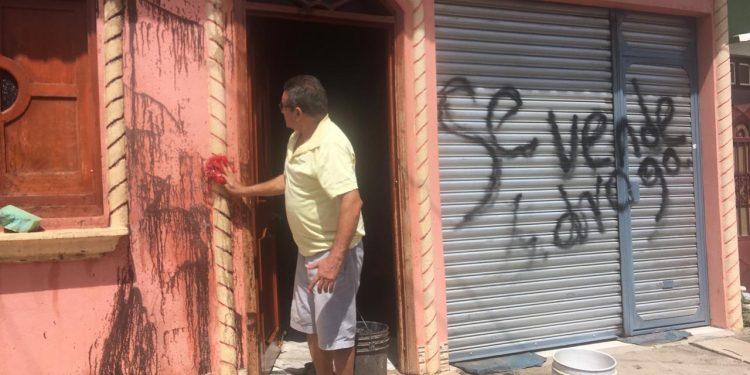 Fanáticos de la dictadura de Ortega pintan casa de una familia opositora en Matagalpa. Foto: Cortesía