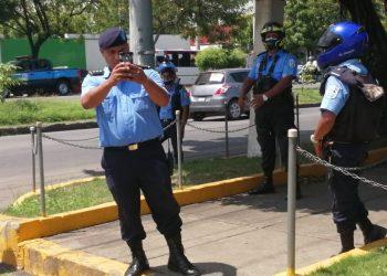 Policías intimidando a tres ciudadanos que protestaron contra el régimen. Foto: Noel Pérez:/Artículo 66