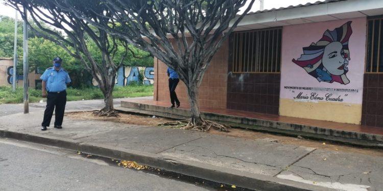 Policías estacionados en las afueras del María Elena Cuadra. Foto: Noel Pérez/Artículo 66