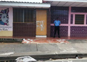 Policía asedia las oficinas del Movimiento de Mujeres María Elena Cuadra. Foto: Noel Pérez/Artículo 66