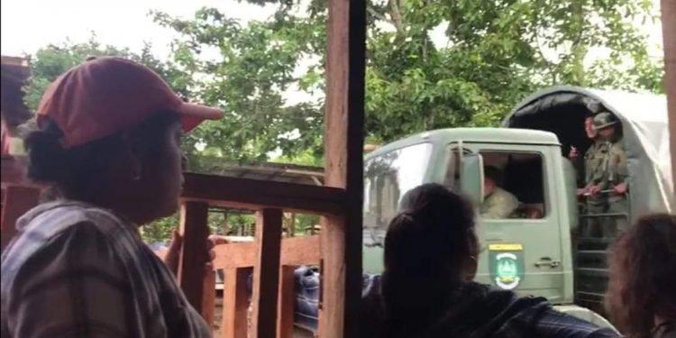 Ejército detiene a líderes indígenas Rama Kriol y apuntan con los fusiles Ak-47. Foto: Cortesía.