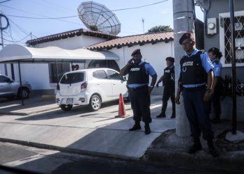 Régimen de Daniel Ortega embarga el canal 12 de televisión. Foto: Asedio policial contra la televisora, en enero 2019.