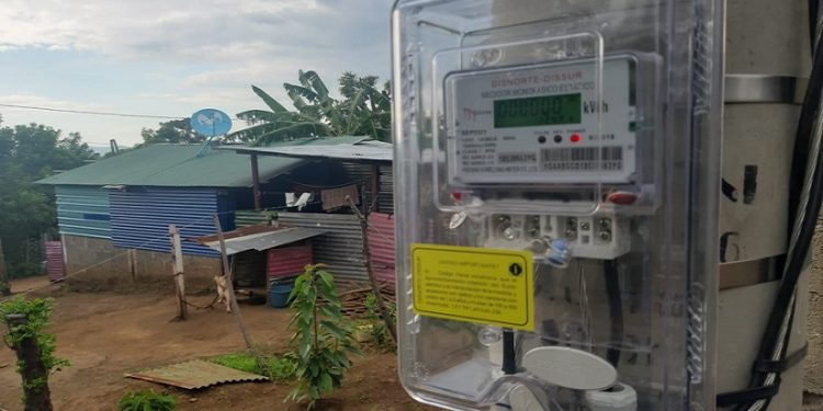 Nicaragüenses continúan pagando energía eléctrica que no consumen